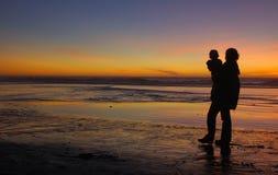 Dochter en moeder bij zonsondergang 1 stock afbeeldingen