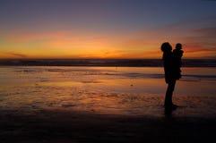 Dochter en moeder bij zonsondergang 2 stock fotografie