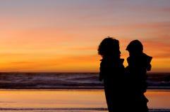 Dochter en moeder bij zonsondergang 3 stock afbeeldingen