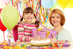 Dochter en moeder met de partij van de giftverjaardag Stock Foto