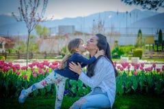 Dochter en moederomhelzingskus Royalty-vrije Stock Foto