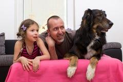Dochter en vader met hond op laag royalty-vrije stock fotografie
