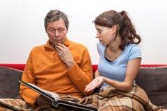 Dochter met de vader van Alzheimer Stock Afbeelding