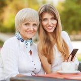 Dochter met haar moeder Royalty-vrije Stock Afbeelding