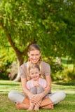 Dochter met haar moeder in het park stock foto's