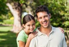 Dochter met haar vader in het park Stock Afbeelding