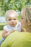 Dochter met mamma stock afbeeldingen