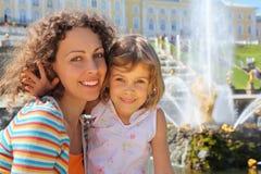 Dochter met moeder dichtbij fonteinen van Petergof Stock Foto's