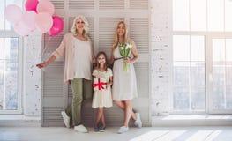 Dochter, moeder en grootmoeder thuis stock afbeelding