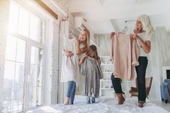 Dochter, moeder en grootmoeder thuis royalty-vrije stock foto