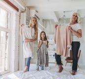 Dochter, moeder en grootmoeder thuis stock afbeeldingen