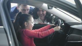 Dochter trys om de auto te drijven stock video