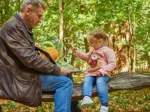 Dochter, vader, jongelui, boek, huis, kind, papa, mooi, het zitten die, mannetje, familieouderschap, leuk, weinig, samen, peop le stock fotografie
