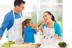 Dochter voedende moeder Stock Afbeeldingen