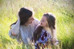 Dochtermoeder die een boek lezen Royalty-vrije Stock Foto