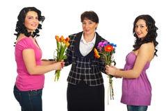 Dochters die bloemen aanbieden aan moeder Royalty-vrije Stock Fotografie