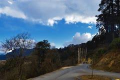 Dochula проходит дорогу к Punakha от 108 chortens или stupas мемориала известных как Druk Wangyal Chortens на пропуске Dochula стоковые изображения rf