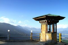 Dochula pasa encendido el camino de Timbu a Punaka, Bhután Foto de archivo