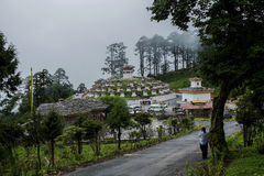 Dochula passerande 108 Chortens, Bhutan Arkivbild