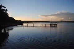 Dock au-dessus de lac Photographie stock