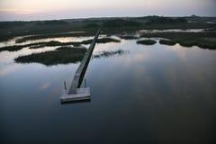 Dock au-dessus de zone humide. Images libres de droits