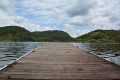 Dock auf dem See stockfotografie