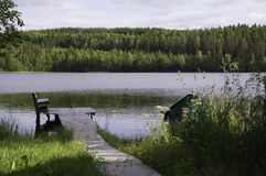 Dock auf dem Seeufer lizenzfreies stockfoto