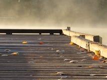 Dock auf nebelhaftem nebeligem See Stockbild