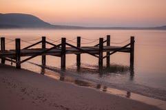 Dock auf ruhigem Wasser Stockbilder