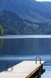 Dock avec de l'eau calme photographie stock