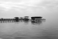 Dock bedeckt im Nebel Lizenzfreies Stockfoto