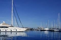 Dock bleu de vacances d'eau de mer de vue de marina Photos libres de droits