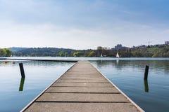 Dock-Boots-Sunny Lake Landscape Beautiful Idyllic-Atmosphäre Envi lizenzfreie stockfotografie