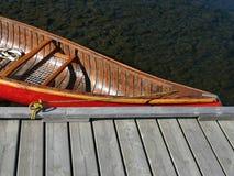 Dock calme de canoë de lac water Photographie stock
