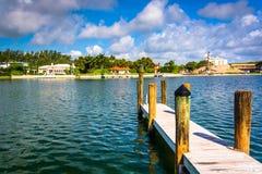 Dock in Collins Canal im Miami Beach, Florida Stockfotografie