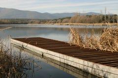 Dock dans un lac images stock