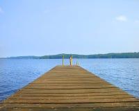 Dock, das auf einem See stillsteht Lizenzfreie Stockfotos