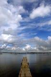 Dock, das in blaues Wasser schwimmt Lizenzfreie Stockfotografie