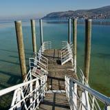 Dock, das zu See - Deutschland führt Stockbild