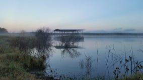 Dock de bateau avec l'environnement brumeux Images libres de droits