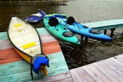 Dock de bateau avec le canoë et les kayaks Photos stock
