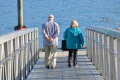 Dock de bateau de croisière et couples supérieurs Photos stock