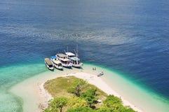 Dock de bateau de touristes à l'île de Kelor, Labuan Bajo Indonésie Photographie stock libre de droits