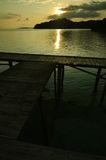 Dock de bateau sur le coucher du soleil Photographie stock
