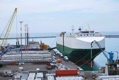 Dock de ferry attendant à la charge photo stock