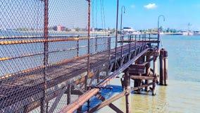 Dock de l'eau et ciel bleu Photos libres de droits