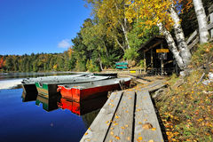 Dock de location de bateau d'automne, automnes de Tahquamenon, MI Image stock