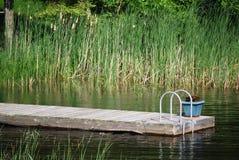 Dock de maison avec un bac de fleur Images libres de droits