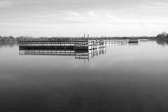 Dock de pêche flottant dans le lac en noir et blanc Photo stock