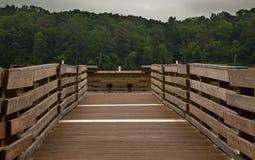 Dock de pêche sur le lac bas photo libre de droits